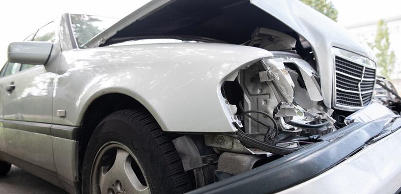 Totalschaden: Wann Sie Ihr Auto noch reparieren lassen dürfen und wie der Restwert ermittelt wird.