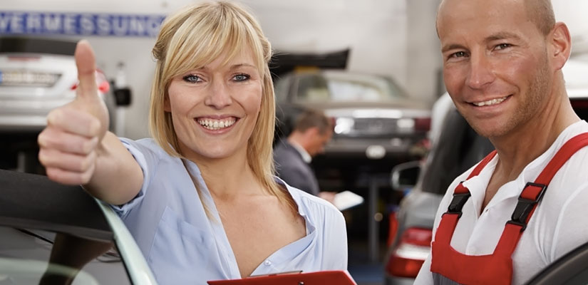 Werkstatt: Auto-Reparatur nach Verkehrsunfall